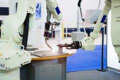 与机器人胳膊的装配线 库存照片