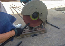 与机器的切口钢切开的由工作者的钢 库存图片