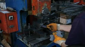 与机器的工厂劳工钻金属零件 股票录像