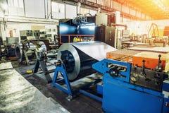 与机械工具和设备,钢卷的Worksop生产的金属化管子 免版税库存照片
