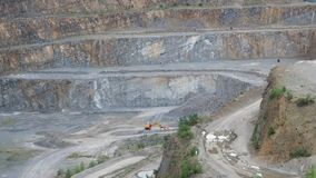 与机械的露天矿猎物 挖掘建筑工作的石头 影视素材