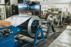 与机械设备工具、钢空调管子工业制造业和系统的金属工艺工厂内部 库存照片