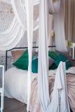 与机盖床的白色卧室内部 免版税库存照片
