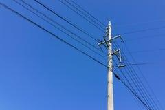 与杆的电与清楚的蓝天backgr的输电线和导线 免版税图库摄影