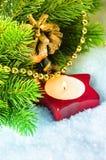 与杉木分行的圣诞节蜡烛 库存照片