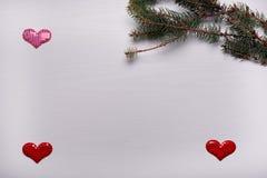 与杉木和三心脏分支的木白色背景  库存照片
