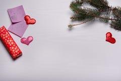 与杉木和三心脏分支的木白色背景  图库摄影