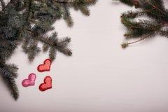 与杉木和三心脏分支的木白色背景  库存图片