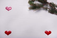 与杉木和三心脏分支的木白色背景  免版税图库摄影