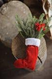 与杉木和弓的圣诞节手工制造红色袜子 免版税库存照片