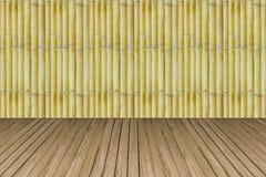 与杉木条板箱背景纹理的老竹子 免版税库存图片