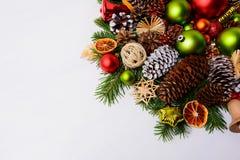 与杉木锥体、红色球和绿色orname的圣诞节装饰 库存照片