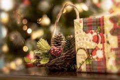 与杉木锥体、莓果和冷杉分支的圣诞节篮子 免版税库存照片