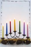 与杉木锥体和金球的圣诞节蜡烛 免版税库存图片