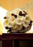 与杉木锥体的婚礼花束 免版税库存图片
