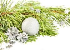 与杉树、银色锥体和球的新年构成 库存图片