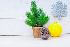 与杉树、雪花和球的Xmas卡片在木背景 图库摄影