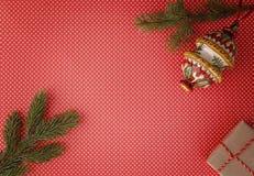 与杉树分支、Xmas礼物和装饰红色背景的圣诞节构成 顶视图,平的位置 复制空间 库存照片