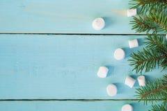 与杉树分支和蛋白软糖的圣诞节边界在木背景 免版税库存图片