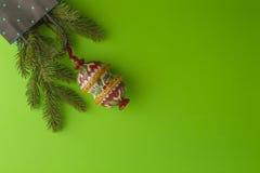与杉树分支的圣诞节构成和在绿叶背景的Xmas装饰 顶视图,平的位置 复制空间 免版税库存图片