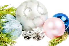 与杉树分支,美丽的银色球的新年构成 库存图片