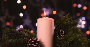 与杉树和杉木锥体的圣诞节蜡烛 股票视频