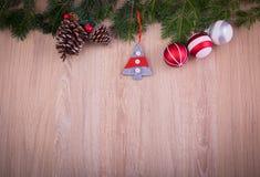 与杉树和锥体的圣诞节装饰品 库存照片