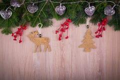 与杉树和锥体的圣诞节装饰品 免版税图库摄影