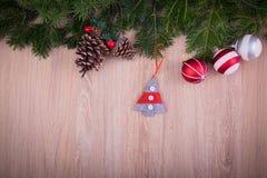 与杉树和锥体的圣诞节装饰品 免版税库存图片