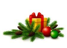 与杉树的圣诞节礼物分支和在白色背景的圣诞节球 免版税库存照片