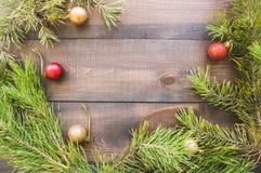 与杉树的圣诞节背景分支和球 库存照片