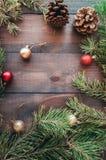 与杉树的圣诞节背景分支和球 免版税库存图片