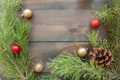 与杉树的圣诞节背景分支和球 免版税库存照片