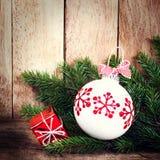 与杉树的圣诞节装饰品分支在木墙壁。葡萄酒 免版税库存照片