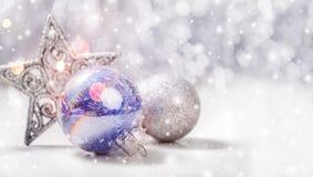 与杉树的圣诞节装饰在与雪的木背景分支,弄脏,发火花,发光和文本圣诞快乐 免版税库存图片
