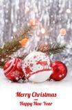 与杉树的圣诞节装饰在与雪的木背景分支,弄脏,发火花,发光和文本圣诞快乐 免版税库存照片