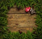 与杉树的圣诞节边界分支,锥体和圣诞节12月 免版税库存图片