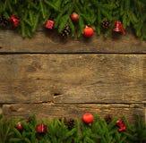 与杉树的圣诞节边界分支,锥体和圣诞节12月 库存图片