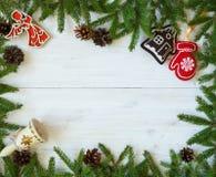 与杉树的圣诞节边界分支,锥体和圣诞节12月 免版税库存照片
