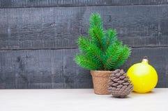 与杉树的在木背景的圣诞卡和球 免版税库存图片