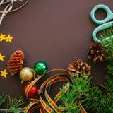 与杉树的欢乐圣诞节背景分支,锥体,星 图库摄影