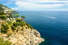 与杉树的海视图,游艇和村庄阿马飞的沿岸航行,意大利 库存照片