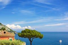 与杉树的海视图,游艇和村庄阿马飞的沿岸航行, Ital 免版税库存照片