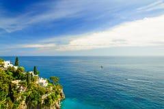 与杉树的海阿马飞的视图和村庄沿岸航行,意大利 免版税库存图片