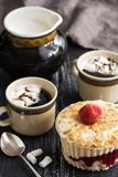 与杏仁奶油和草莓的点心 咖啡用蛋白软糖 土气的背景 库存照片