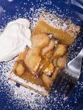 与杏子釉和搽粉的糖的土气苹果馅饼 免版税图库摄影