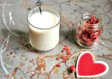 与杏仁牛奶和goji种子的早餐 免版税库存照片