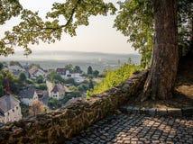 与村庄和山的奥秘视图在雾 库存照片