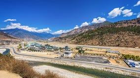 与村庄和微型机场的山风景 免版税库存照片