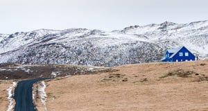 与村庄房子的冰岛风景 免版税库存照片